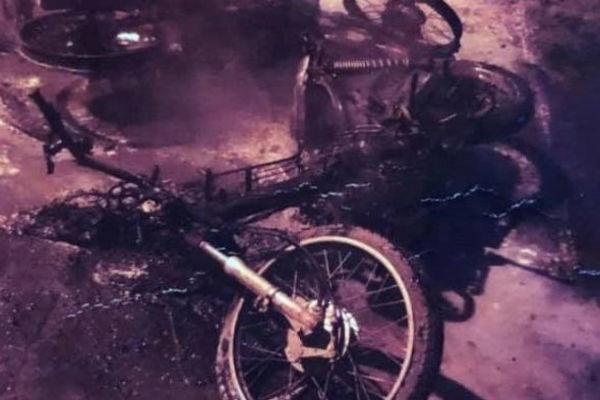 Bạn gái bị trêu đùa, nam thanh niên đốt xe máy đối thủ ở Hà Nội