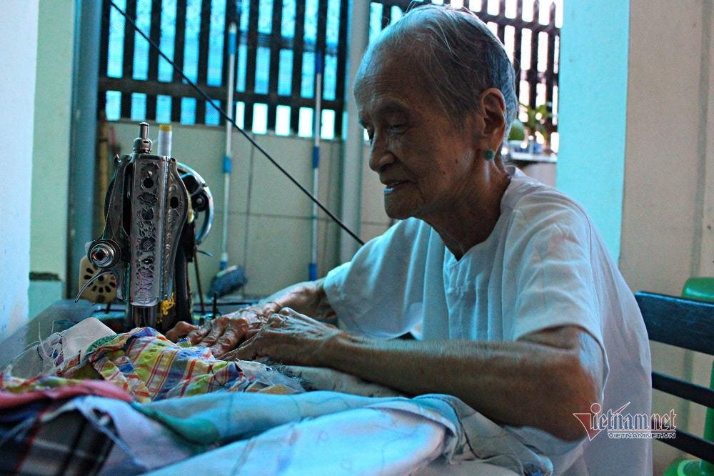 Bà mẹ VNAH 30 năm ngày đêm may quần áo tặng người nghèo thumbnail