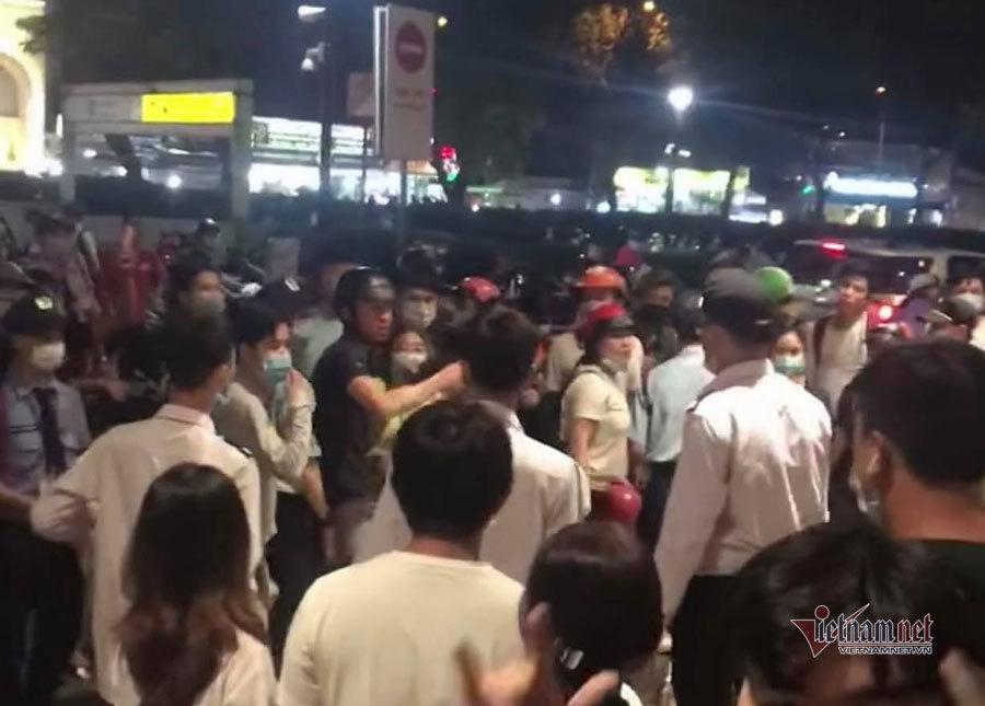 Ẩu đả đông người tại Aeon Mall Tân Phú, cảnh sát nổ súng trấn áp