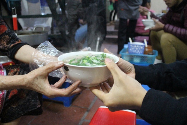 Kỳ lạ phở khổ Hà Nội: Bán trên sân thượng, khách đến ăn 'gù lưng, mỏi gối'