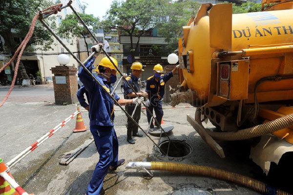 A day of sanitation workers: Staying in sewer to keep Hanoi clean