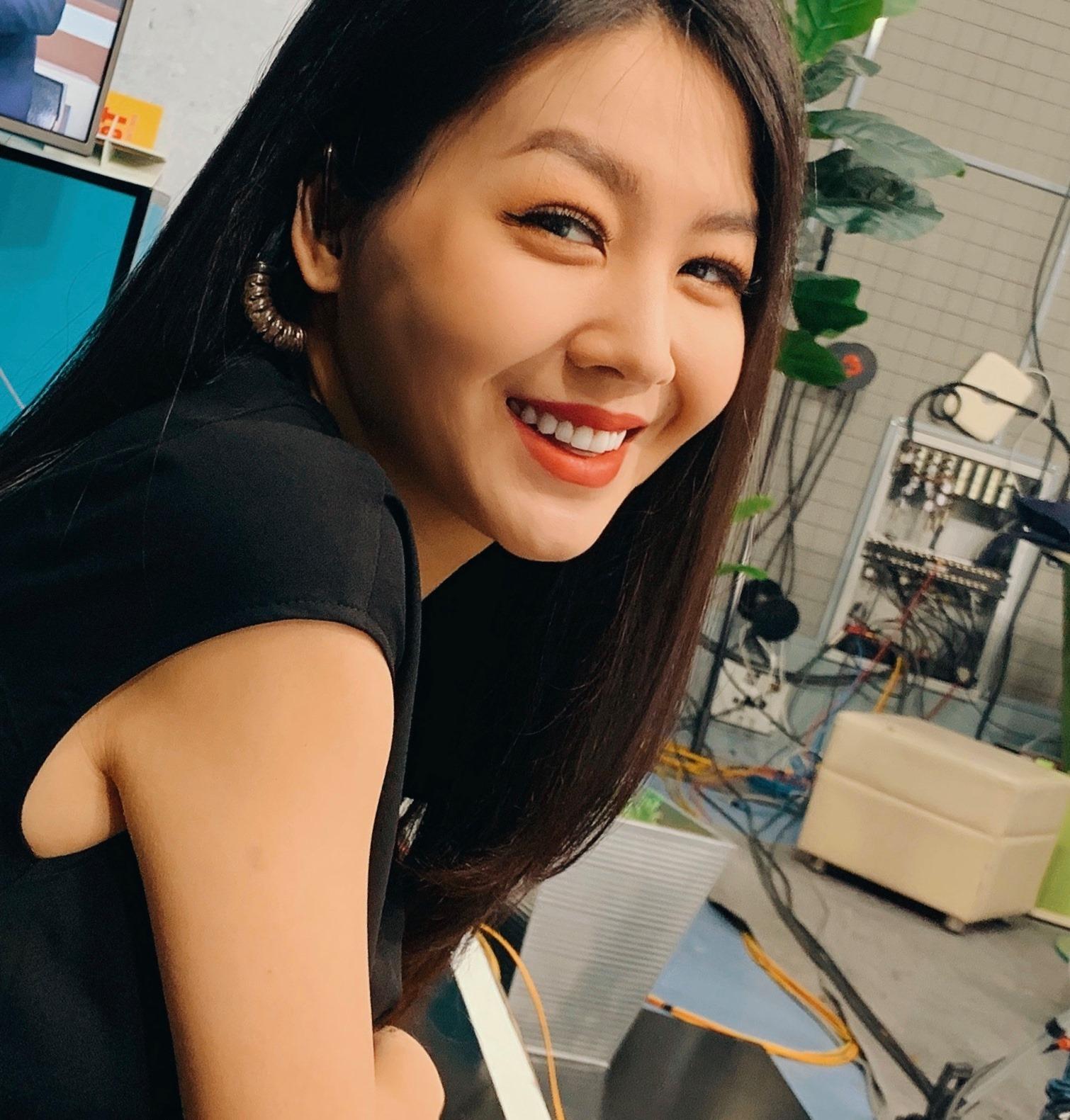 MC Hồng Nhung 'Cà phê sáng' VTV lên sóng sau 17 ngày sinh con