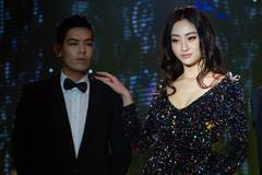 Hoa hậu Lương Thùy Linh khoe nhan sắc quyến rũ trên sân khấu