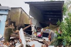 Xe container mất lái tông hàng loạt nhà dân ở Quảng Nam