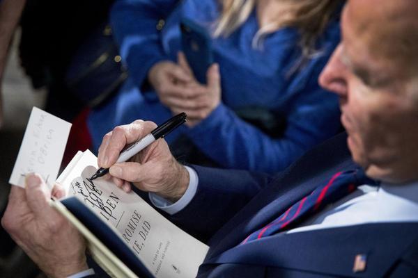 Tiết lộ sở thích đọc sách đặc biệt của ông Biden