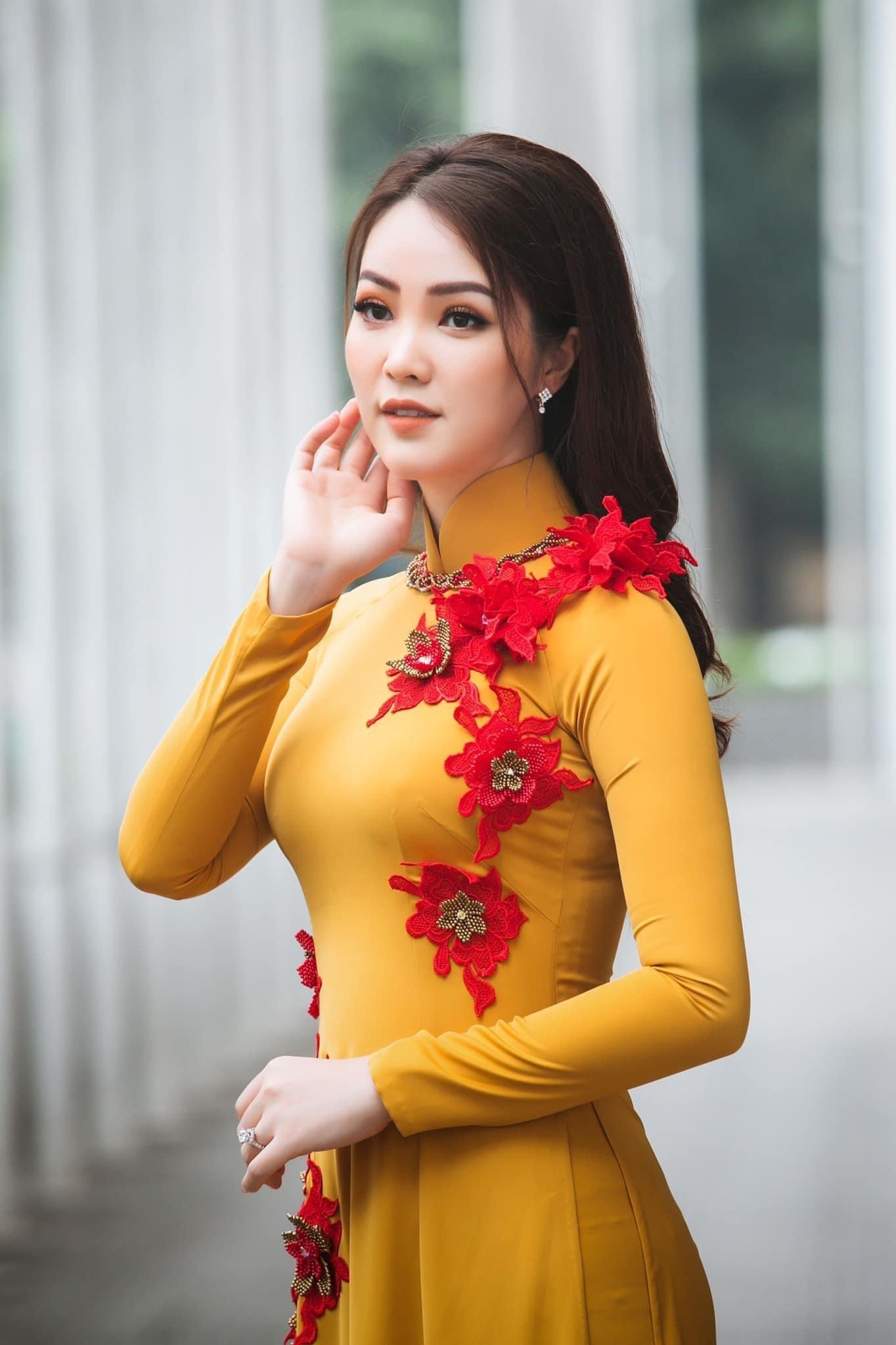 MC Thụy Vân của VTV mê áo dài của NTK Vũ Thu Trang