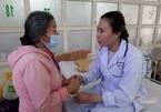 Mẹ già mếu máo xin cứu con gái hiếm muộn bị bệnh viêm não hiếm gặp
