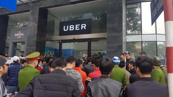 Rực phố mũ vàng, áo xanh... xe ôm công nghệ đình công đòi quyền lợi