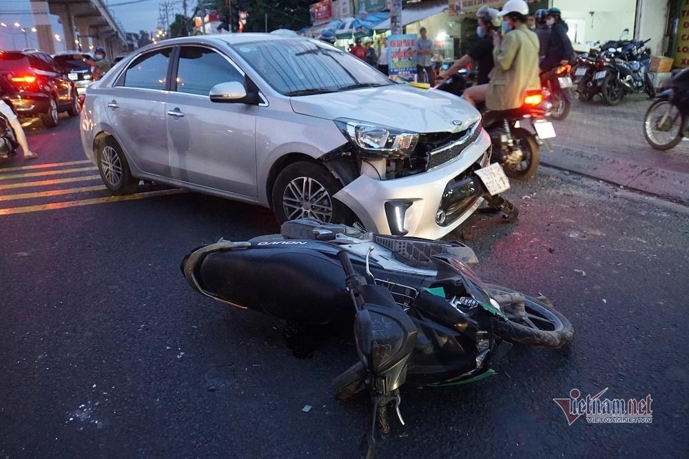 Ô tô đâm nát nhiều xe máy giữa ngã tư Sài Gòn, ba người bị thương