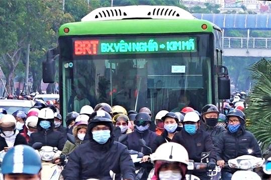 Ô tô xe máy mặc sức 'khóa' buýt nhanh BRT trong làn dành riêng
