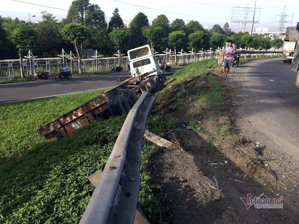 Xe container 'cày nát' dãy taluy, lao khỏi cầu vượt ở cửa ngõ Sài Gòn