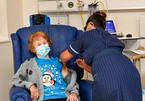 Cụ bà 90 tuổi được tiêm vắc-xin Pfizer ngừa Covid-19 đầu tiên thế giới