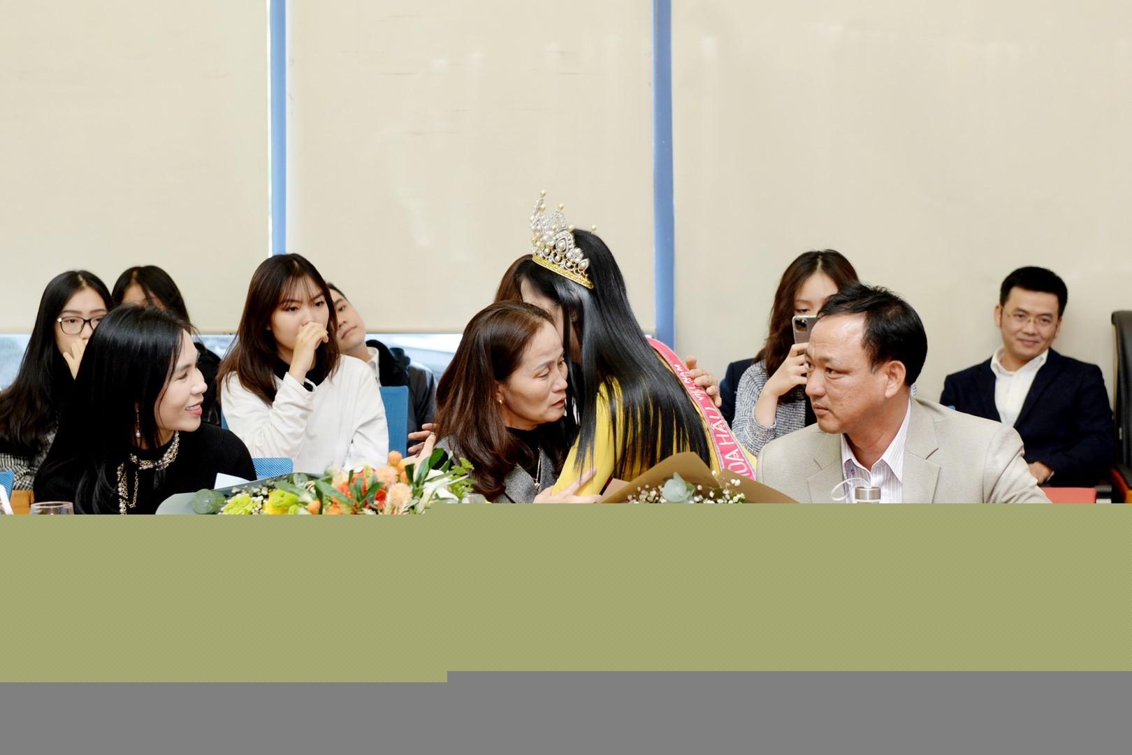 Hoa hậu Đỗ Thị Hà trở lại trường, bật khóc khi nhắc đến bức ảnh lấm lem