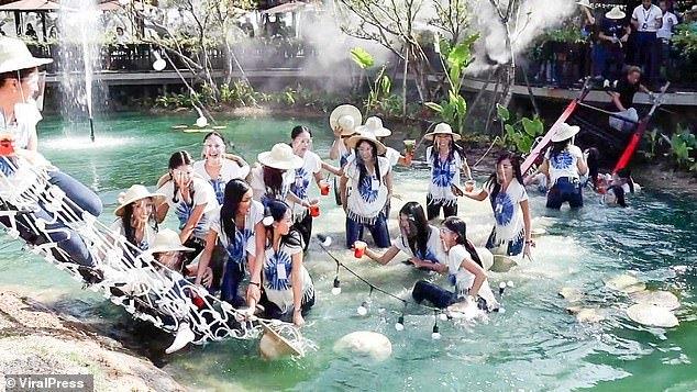 30 thí sinh Hoa hậu Thái Lan hốt hoảng khi đang diễn bị sập cầu