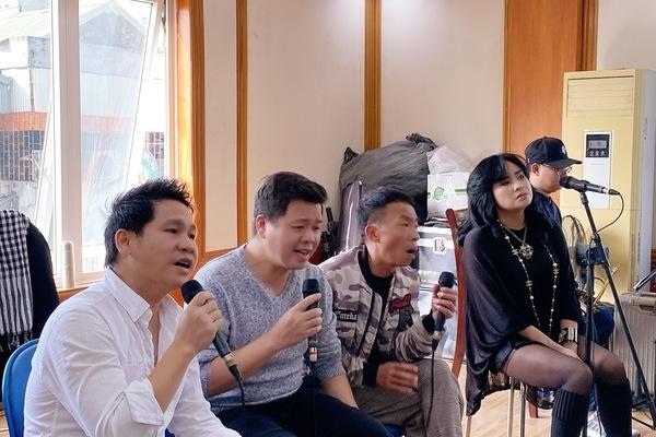 NSƯT Việt Hoàn đưa con gái11 tuổi lên sân khấu
