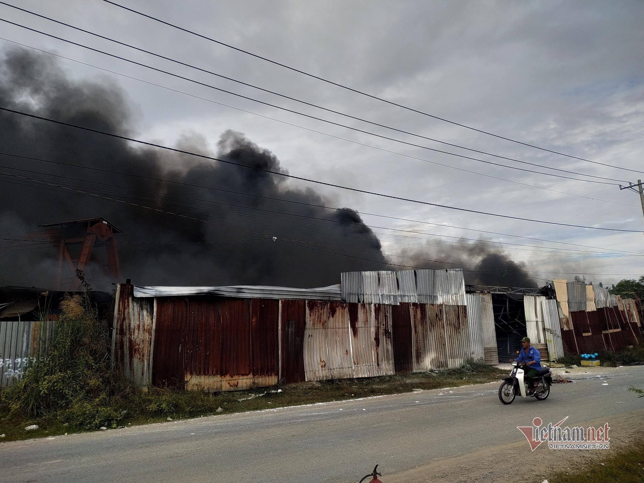 Khói lửa cuồn cuộn từ xưởng làm đồ trang trí Noel ở Sài Gòn