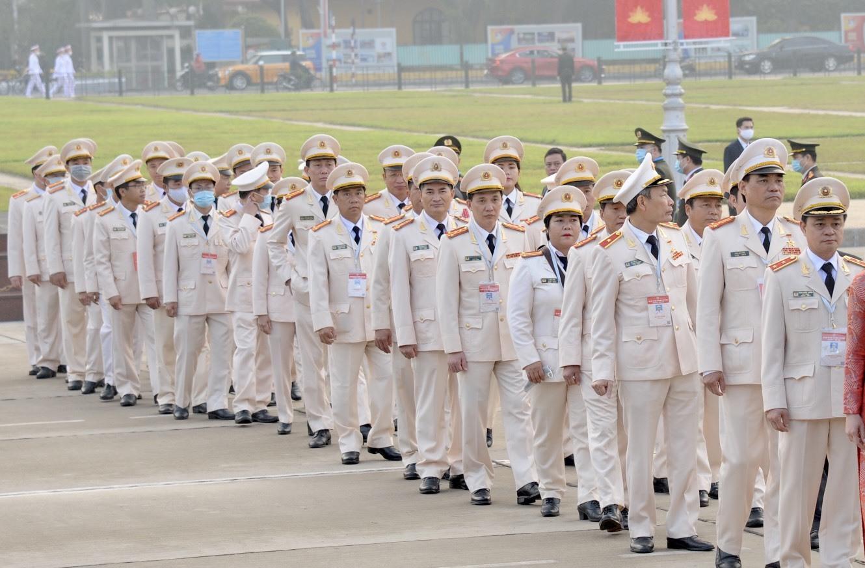 Thủ tướng cùng hơn 2.000 đại biểu thi đua yêu nước vào lăng viếng Bác