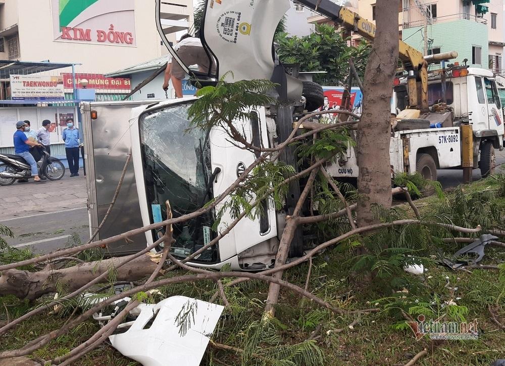 Hạ gục cây xanh, xe tải lật nhào biến dạng trên đại lộ ở Sài Gòn