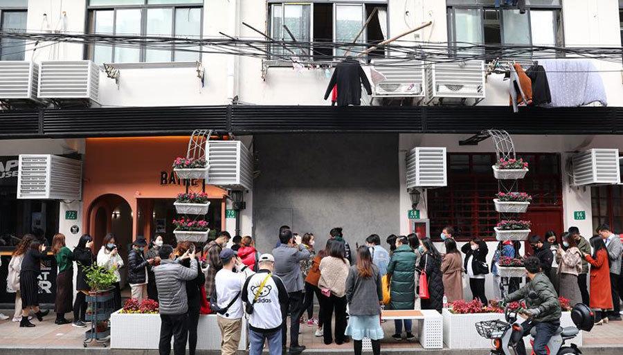 Cafe bán hàng qua 1 lỗ thủng trên tường, khách xếp hàng chờ đồ