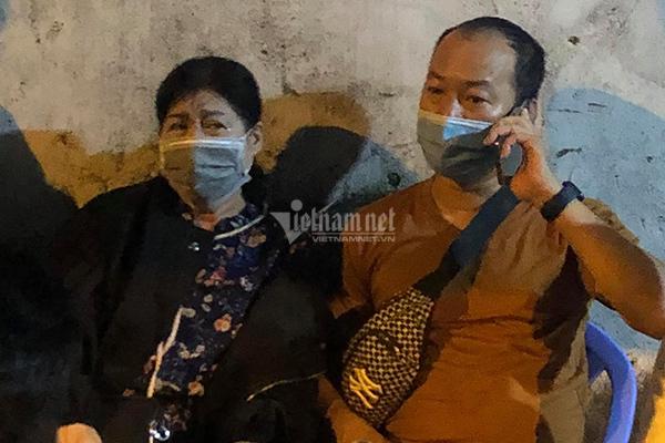 Trấn Thành, Hari Won và các nghệ sĩ túc trực chờ nhận thi thể Chí Tài