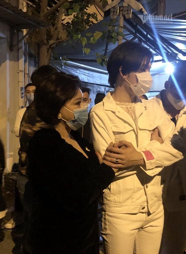 Trấn Thành, Hari Won và các nghệ sĩ túc trực chờ tiễn biệt Chí Tài