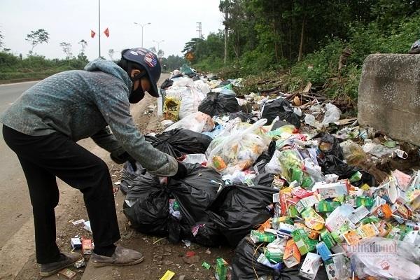 Rác bủa vây thị trấn ở Hà Tĩnh, dân 'kêu trời' không thấu