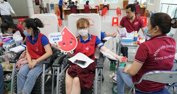Hơn 2.000 người lao động Điện lực miền Nam hiến máu tình nguyện