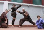 Uno straniero passa l'allenamento nelle arti marziali vietnamite