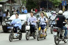 Học sinh đi xe đạp điện bị xử phạt khi không đội mũ bảo hiểm