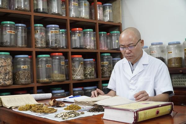 Vị lương y dành 10 năm nghiên cứu bài thuốc trị rối loạn nội tiết tố nữ