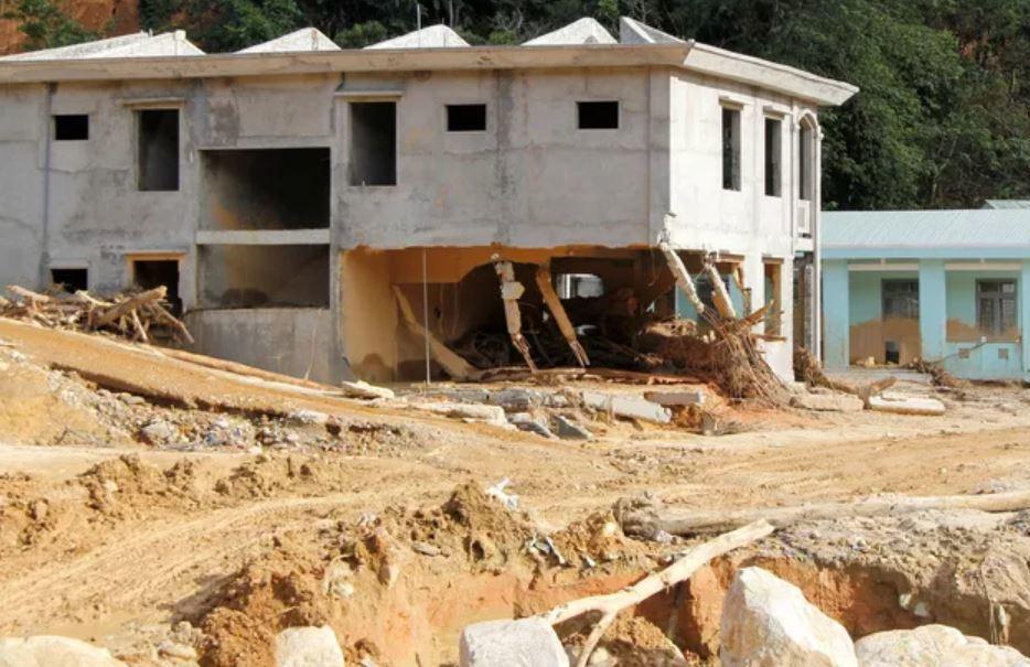 Quảng Nam khẩn cấp di dời dân ra khỏi vùng sạt lở ở 2 xã bị cô lập