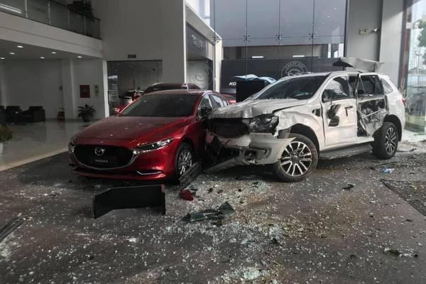 Ô tô lao thẳng vào showroom ở Phú Thọ khiến một người tử vong