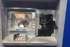 Vác búa đập nát ATM vì rút 11 triệu máy chỉ nhả 5