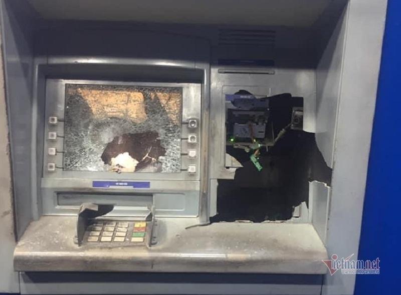 Vác búa đập nát ATM vì rút 11 triệu máy chỉ nhả 5 thumbnail