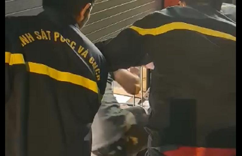 Cảnh sát phá cửa cuốn cứu 5 người mắc kẹt trong cửa hàng ở Sài Gòn thumbnail