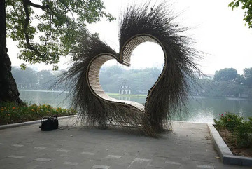 """Tiểu cảnh """"trái tim lông lá"""" ở bờ hồ Hoàn Kiếm đã được dỡ bỏ sau khi gây tranh cãi dữ dội"""