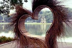 Trái tim dựng ở Hồ Gươm bị phản ứng, nghệ nhân bỏ về