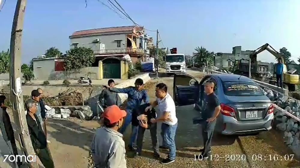 Nhóm côn đồ ở Thái Bình đập phá xe khách, chặn đường đánh tài xế