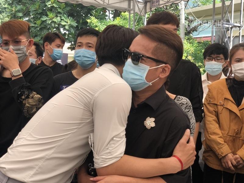 Cướp trà trộn móc điện thoại ở đám tang nghệ sĩ Chí Tài thumbnail