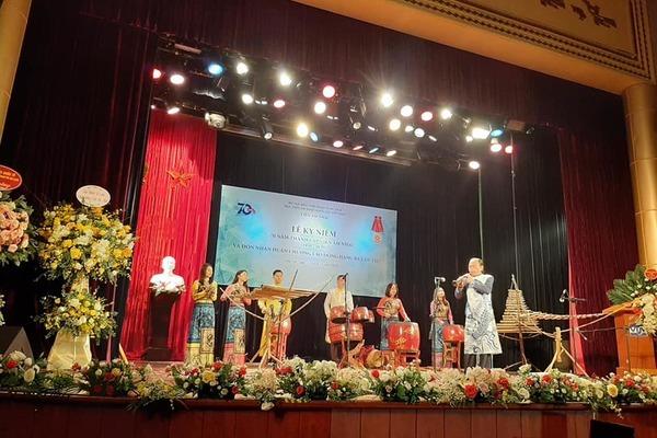 Viện Âm nhạc Việt Nam đón Huân chương lao động hạng 3 ở tuổi 70