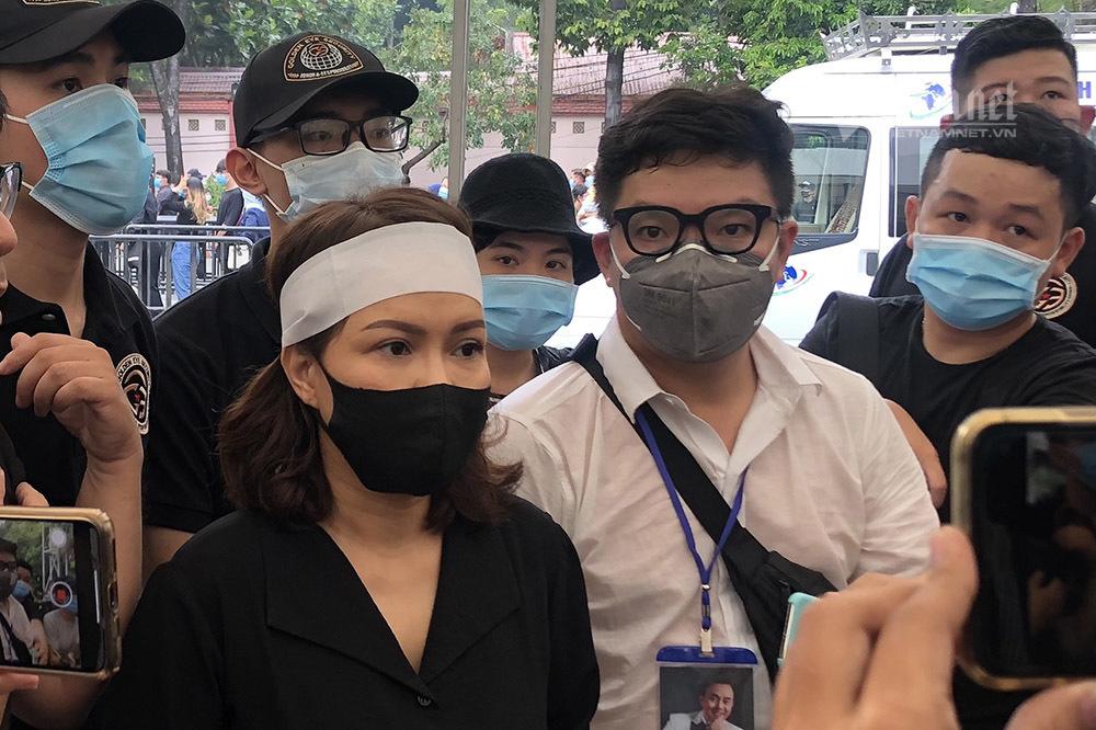Hoài Linh, Việt Hương nghẹn ngào đến tiễn biệt Chí Tài lần cuối