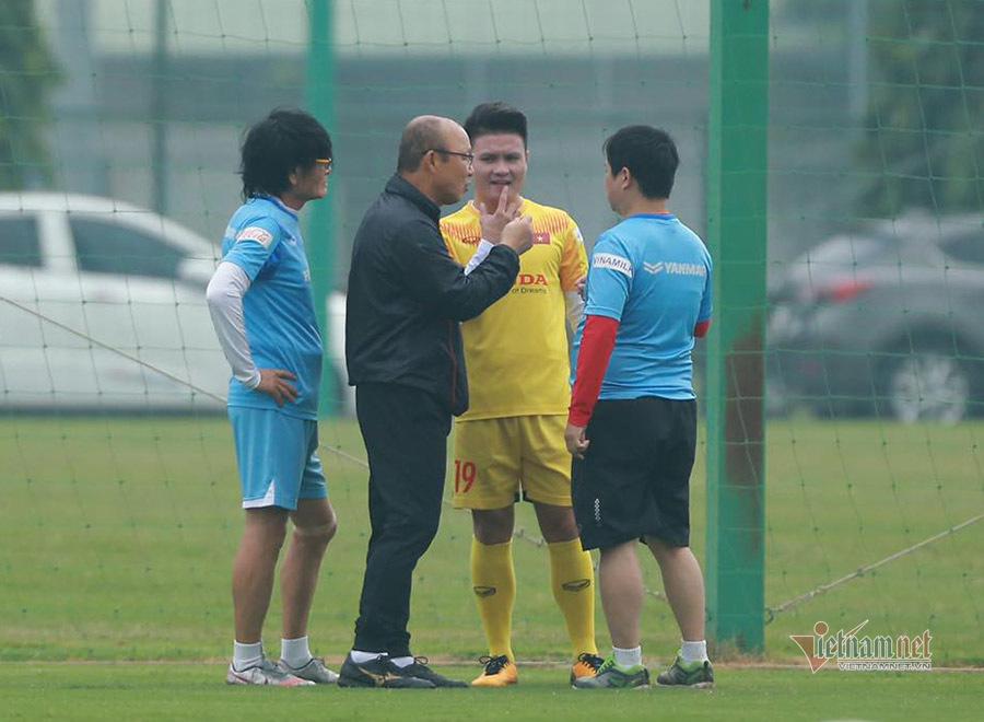 Thầy Park đứng ngồi không yên với Quang Hải