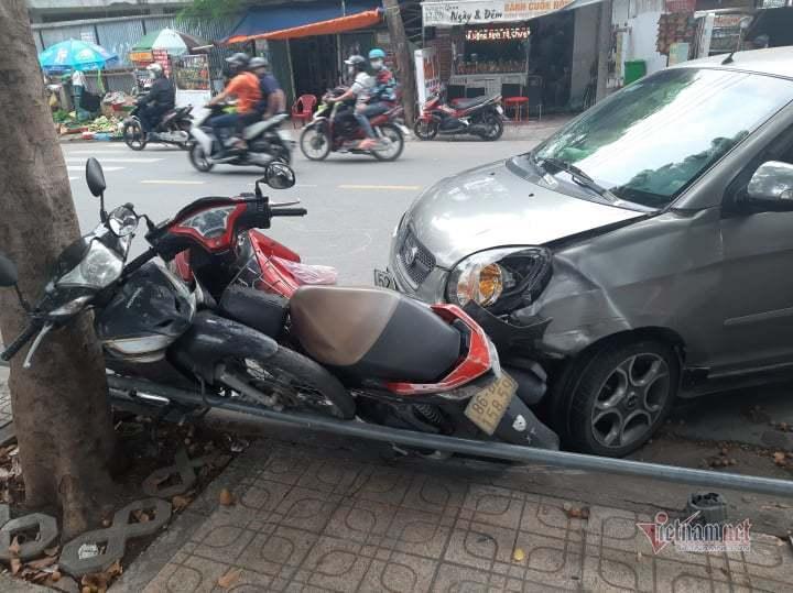 Ô tô tông dồn 4 xe máy trên phố Sài Gòn, hai cô gái bị thương