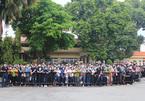 Dân đội mưa tiễn biệt Chí Tài, Hoài Linh lên xe dẫn đoàn tang ra sân bay