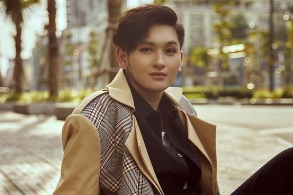 Sắc vóc tuổi 20 của con trai nuôi Minh Nhí