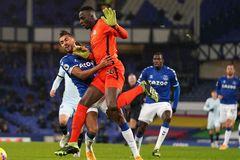 Mendy mắc sai lầm, Chelsea phơi áo trên sân Everton