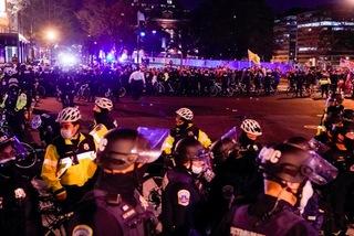 Đụng độ giữa người ủng hộ, chống ông Trump và cảnh sát