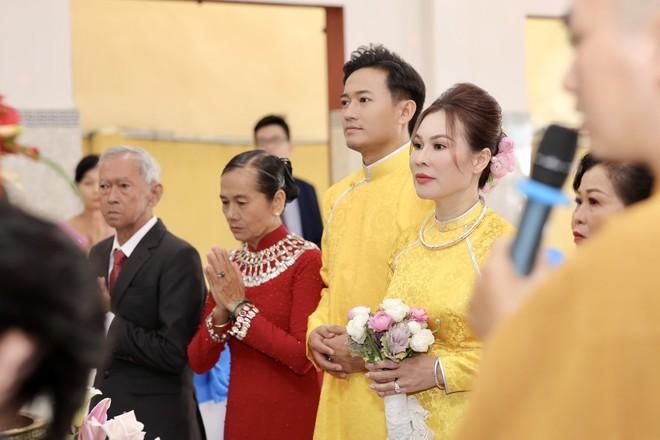 Quý Bình và bạn gái doanh nhân bất động sản làm lễ hằng thuận
