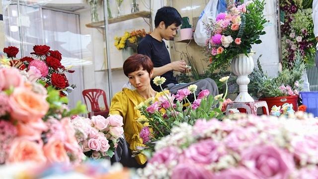 Vợ chồng khuyết tật mở tiệm hoa, thu về chục triệu đồng mỗi tháng