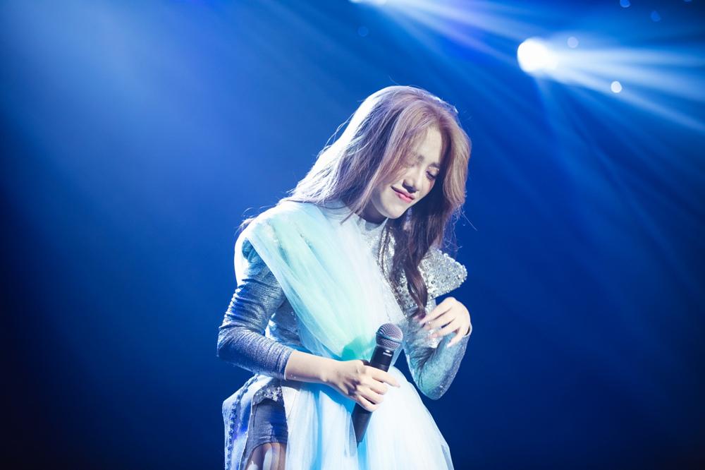 Phùng Khánh Linh khóc kể chuyện từng rạch tay trong show tiền tỷ